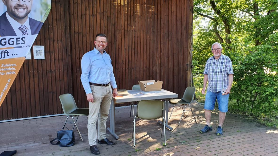 Wieder in Präsenz vor Ort (v.l.): Raphael Tigges und Hausverwalter Manfred Stöhr während der Sprechstunde vor dem Spexarder Bauernhaus.